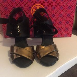 Tory Burch satin black laced with Gold shoes 🤩
